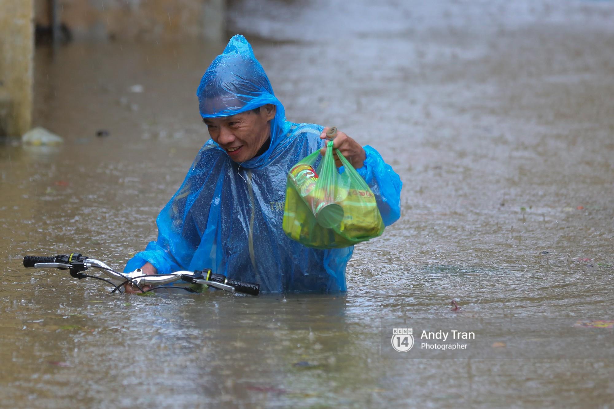 Chùm ảnh: Hội An nước ngập thành sông do ảnh hưởng của bão, người dân và du khách chật vật dùng thuyền bè di chuyển - Ảnh 16.