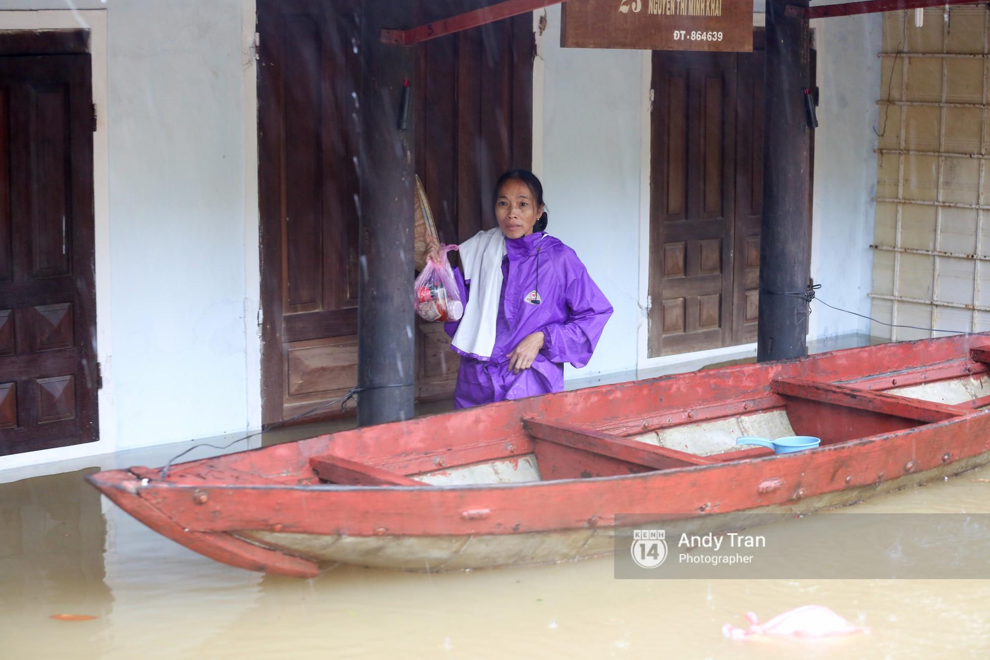 Chùm ảnh: Hội An nước ngập thành sông do ảnh hưởng của bão, người dân và du khách chật vật dùng thuyền bè di chuyển - Ảnh 17.
