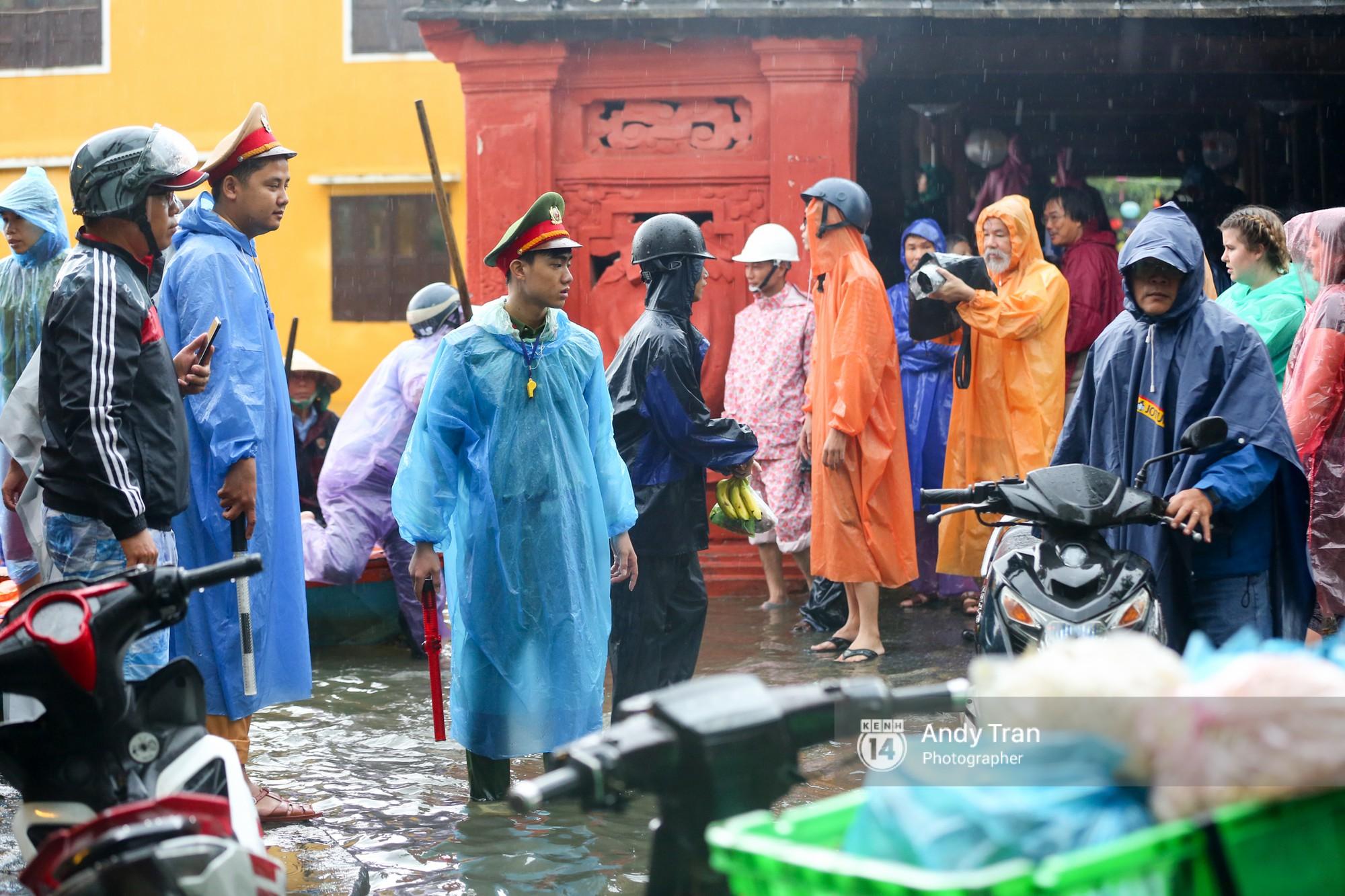 Chùm ảnh: Hội An nước ngập thành sông do ảnh hưởng của bão, người dân và du khách chật vật dùng thuyền bè di chuyển - Ảnh 18.