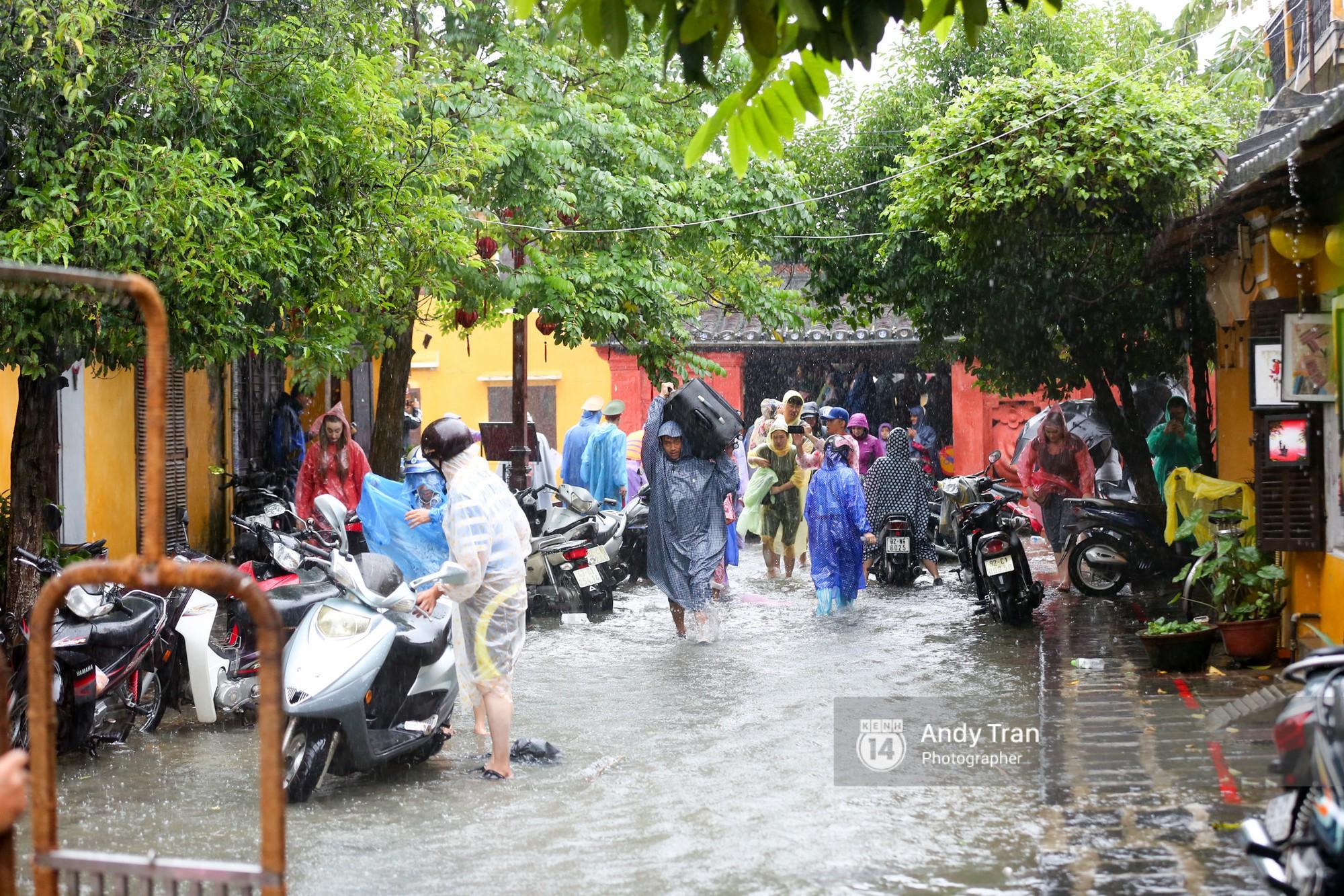 Chùm ảnh: Hội An nước ngập thành sông do ảnh hưởng của bão, người dân và du khách chật vật dùng thuyền bè di chuyển - Ảnh 19.