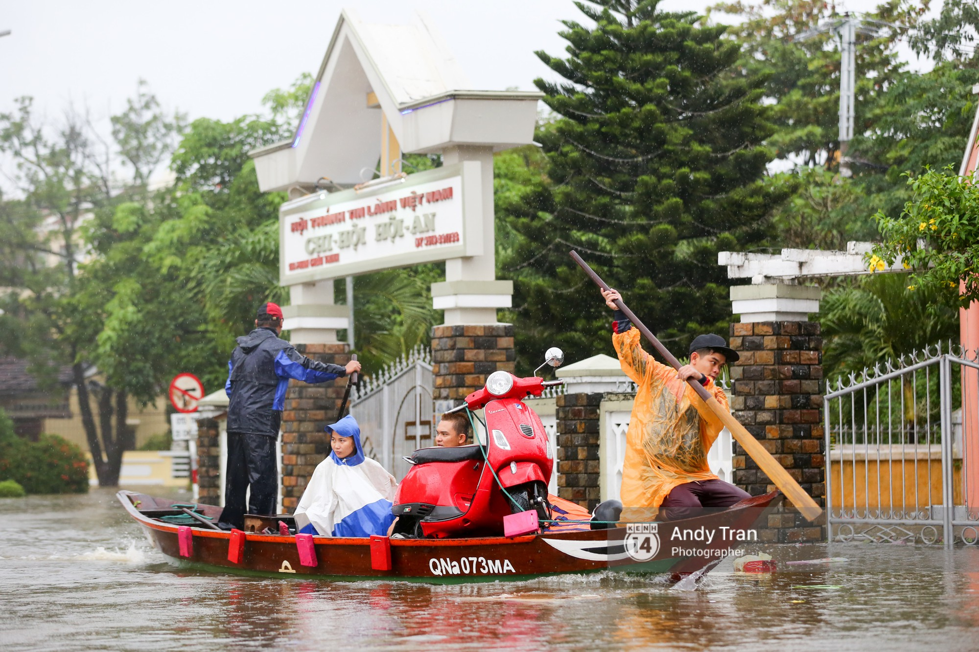 Chùm ảnh: Hội An nước ngập thành sông do ảnh hưởng của bão, người dân và du khách chật vật dùng thuyền bè di chuyển - Ảnh 13.