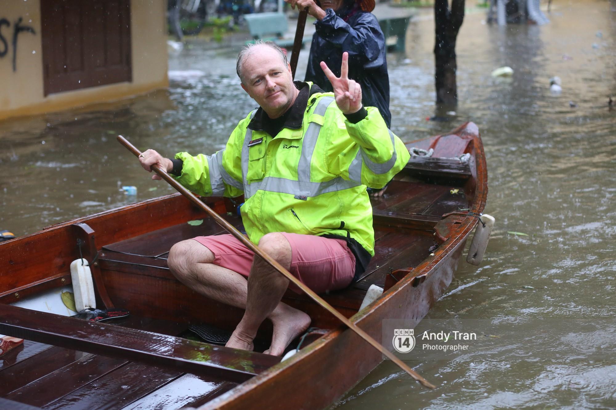 Chùm ảnh: Hội An nước ngập thành sông do ảnh hưởng của bão, người dân và du khách chật vật dùng thuyền bè di chuyển - Ảnh 20.