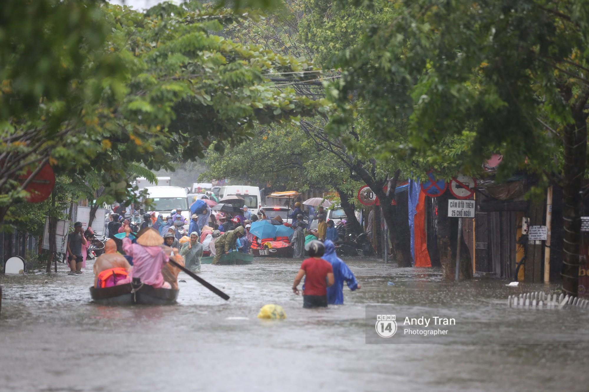 Chùm ảnh: Hội An nước ngập thành sông do ảnh hưởng của bão, người dân và du khách chật vật dùng thuyền bè di chuyển - Ảnh 22.