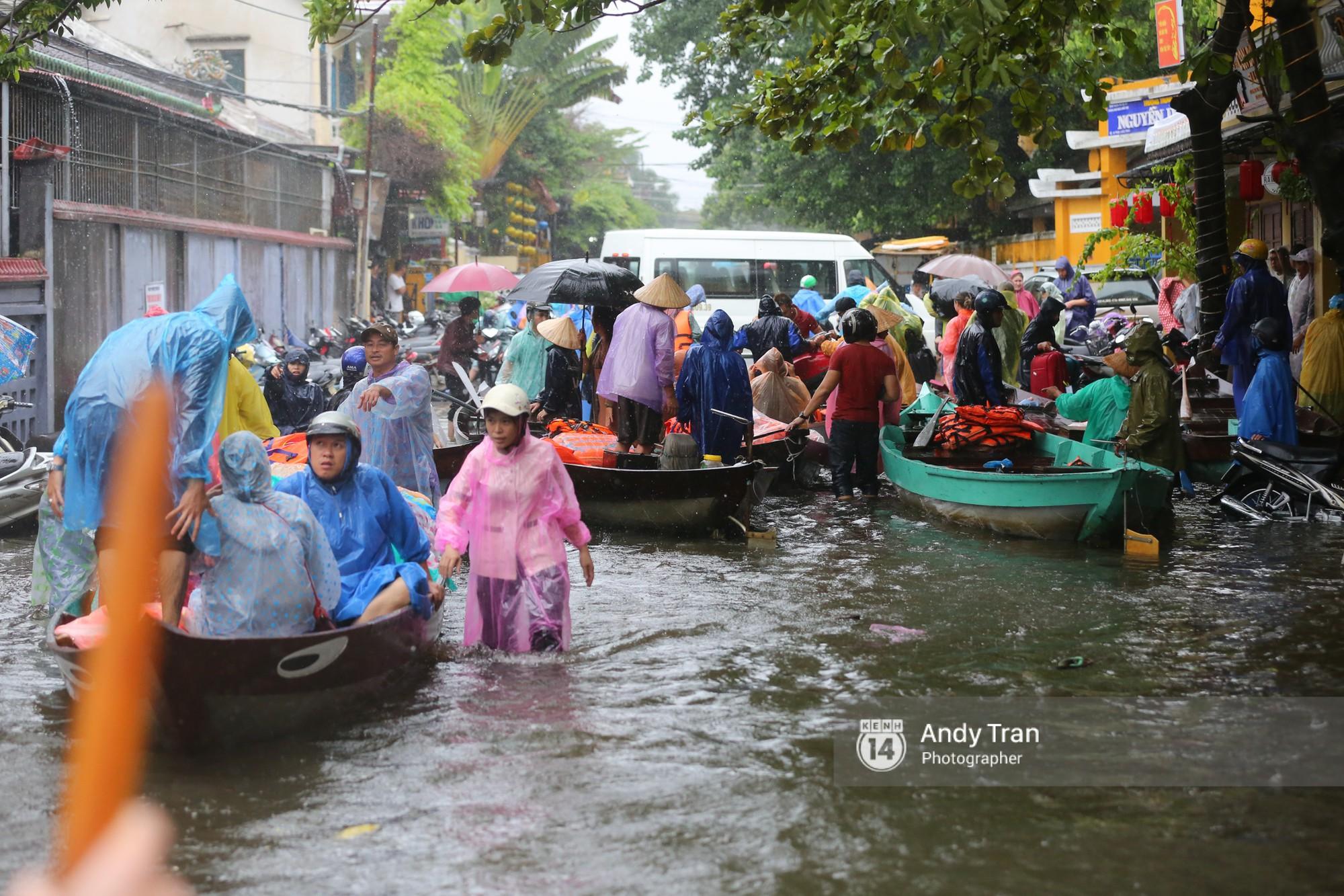 Chùm ảnh: Hội An nước ngập thành sông do ảnh hưởng của bão, người dân và du khách chật vật dùng thuyền bè di chuyển - Ảnh 23.