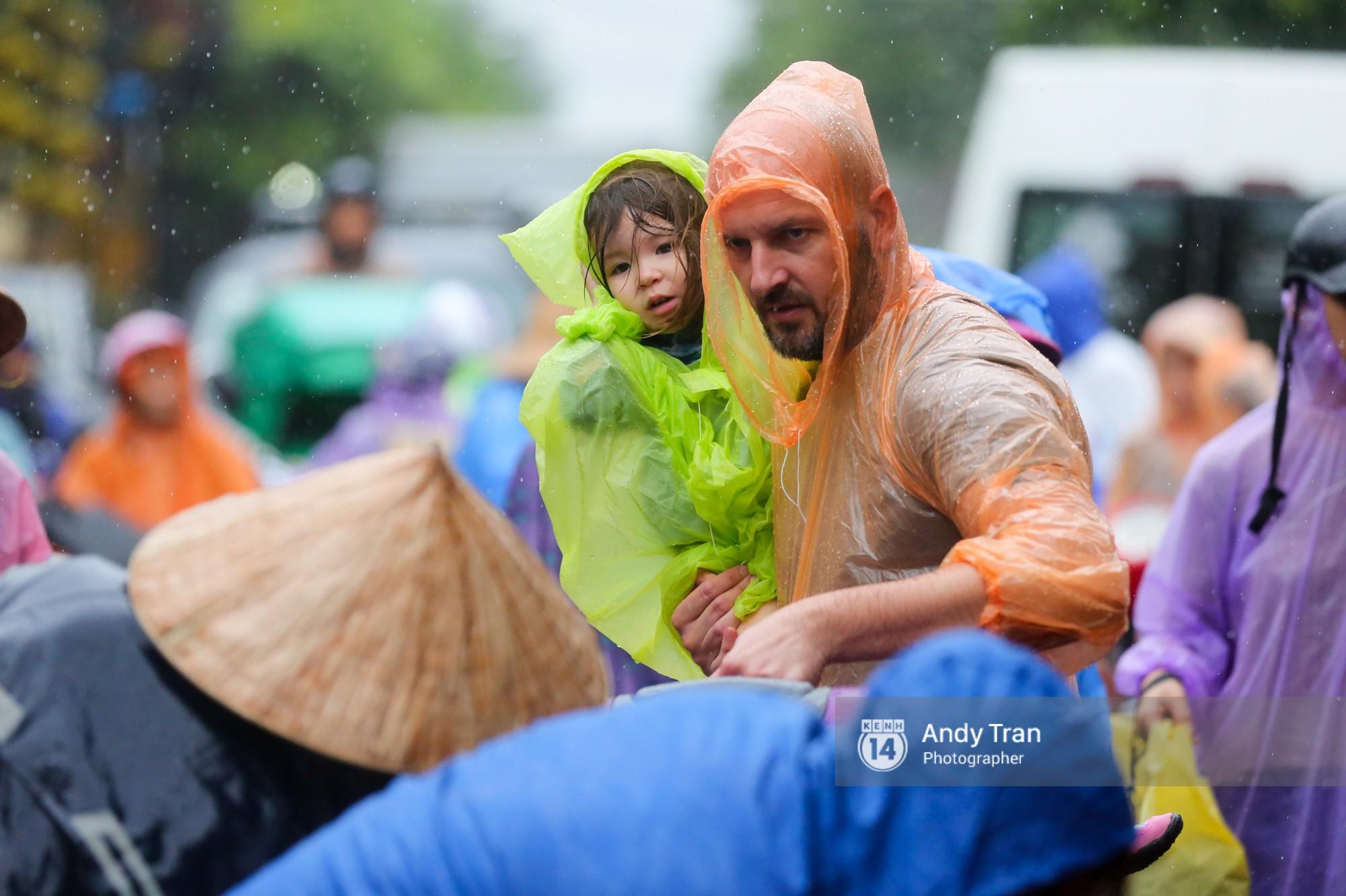 Chùm ảnh: Hội An nước ngập thành sông do ảnh hưởng của bão, người dân và du khách chật vật dùng thuyền bè di chuyển - Ảnh 21.