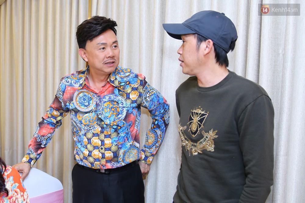 Nhã Phương lẻ bóng xuất hiện, Cát Phượng tổ chức sinh nhật tròn 48 tuổi cho Hoài Linh - Ảnh 3.