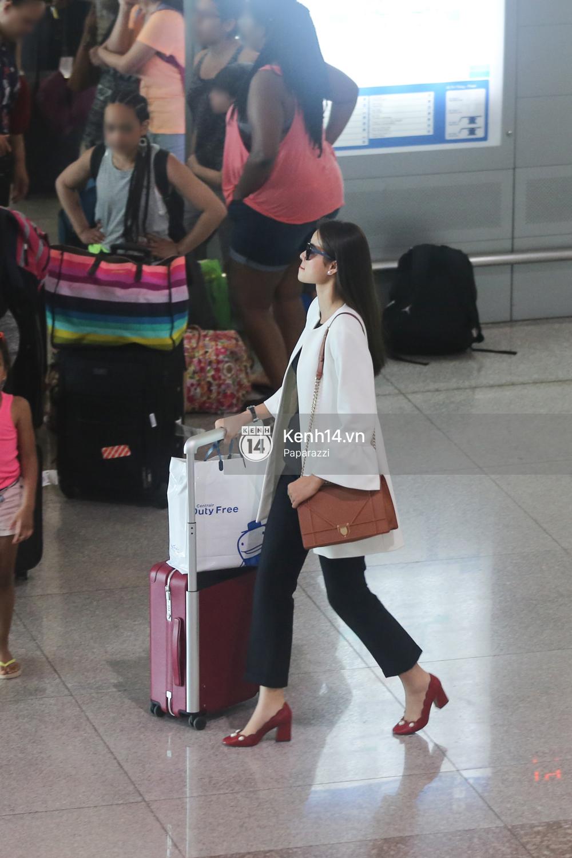 Phạm Hương rạng rỡ trở về từ Nhật Bản, nán lại ký tặng fan hâm mộ giữa sân bay - Ảnh 1.