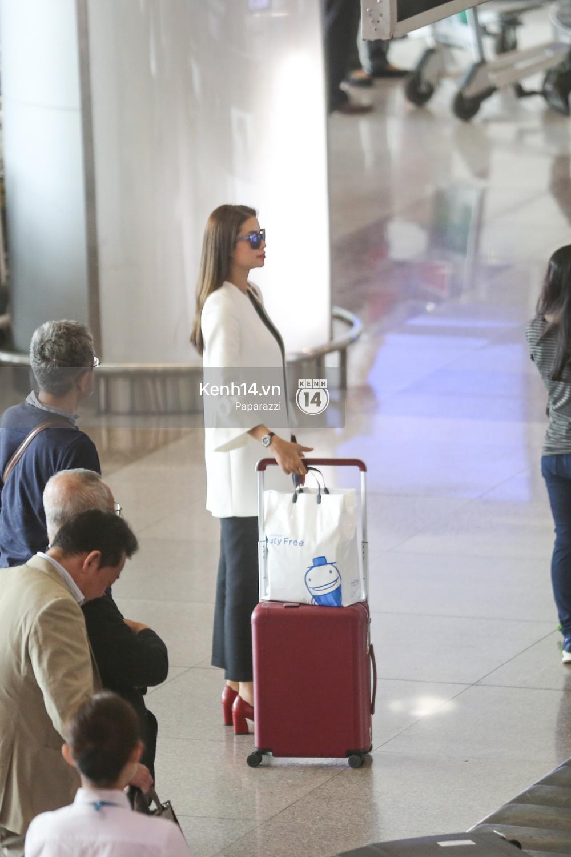 Phạm Hương rạng rỡ trở về từ Nhật Bản, nán lại ký tặng fan hâm mộ giữa sân bay - Ảnh 2.
