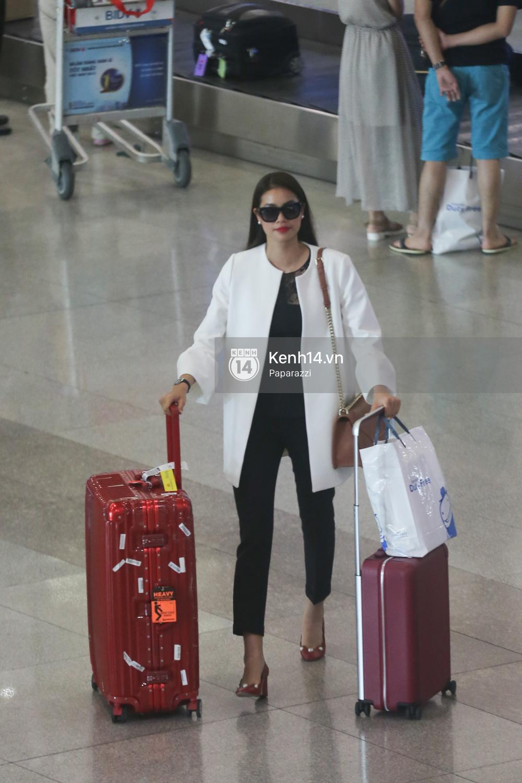 Phạm Hương rạng rỡ trở về từ Nhật Bản, nán lại ký tặng fan hâm mộ giữa sân bay - Ảnh 5.