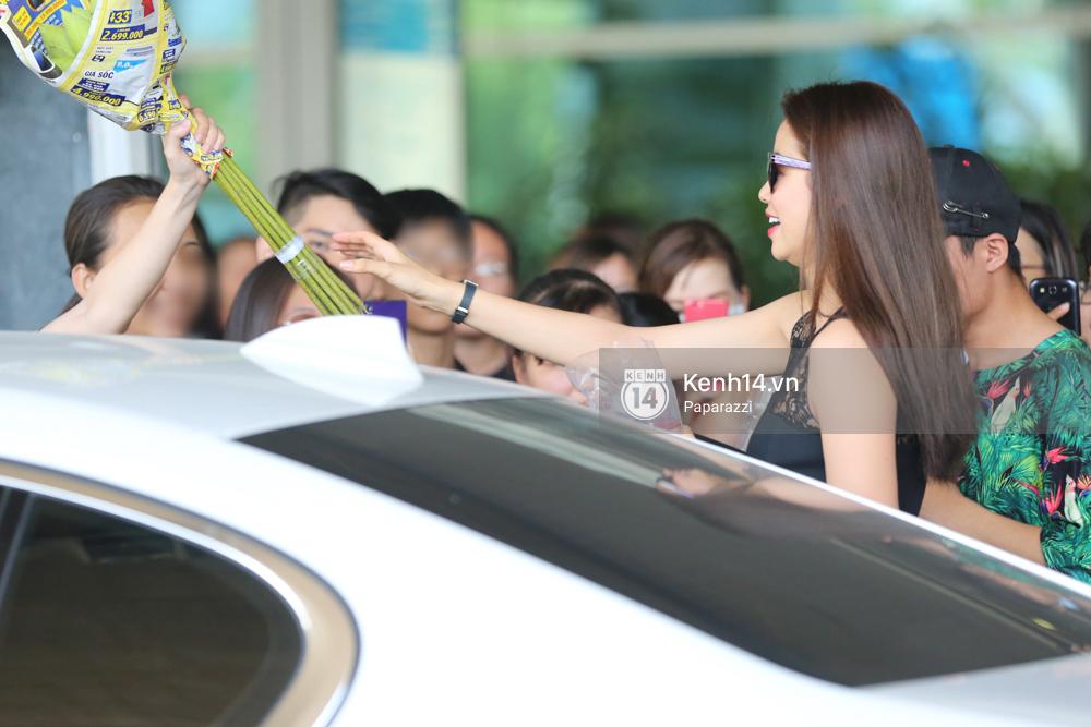 Phạm Hương rạng rỡ trở về từ Nhật Bản, nán lại ký tặng fan hâm mộ giữa sân bay - Ảnh 15.