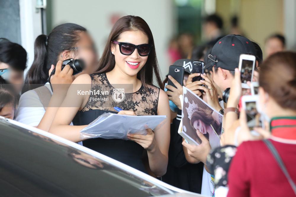 Phạm Hương rạng rỡ trở về từ Nhật Bản, nán lại ký tặng fan hâm mộ giữa sân bay - Ảnh 16.