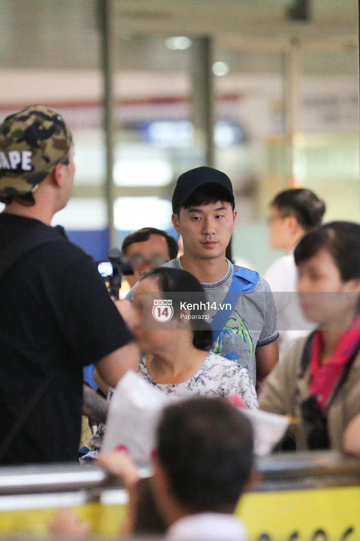 Rapper nổi tiếng xứ Hàn Basick một mình đến Việt Nam, hạnh phúc trong vòng tay chào đón của người hâm mộ - Ảnh 6.