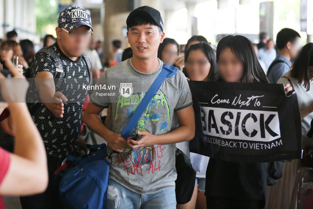 Rapper nổi tiếng xứ Hàn Basick một mình đến Việt Nam, hạnh phúc trong vòng tay chào đón của người hâm mộ - Ảnh 10.