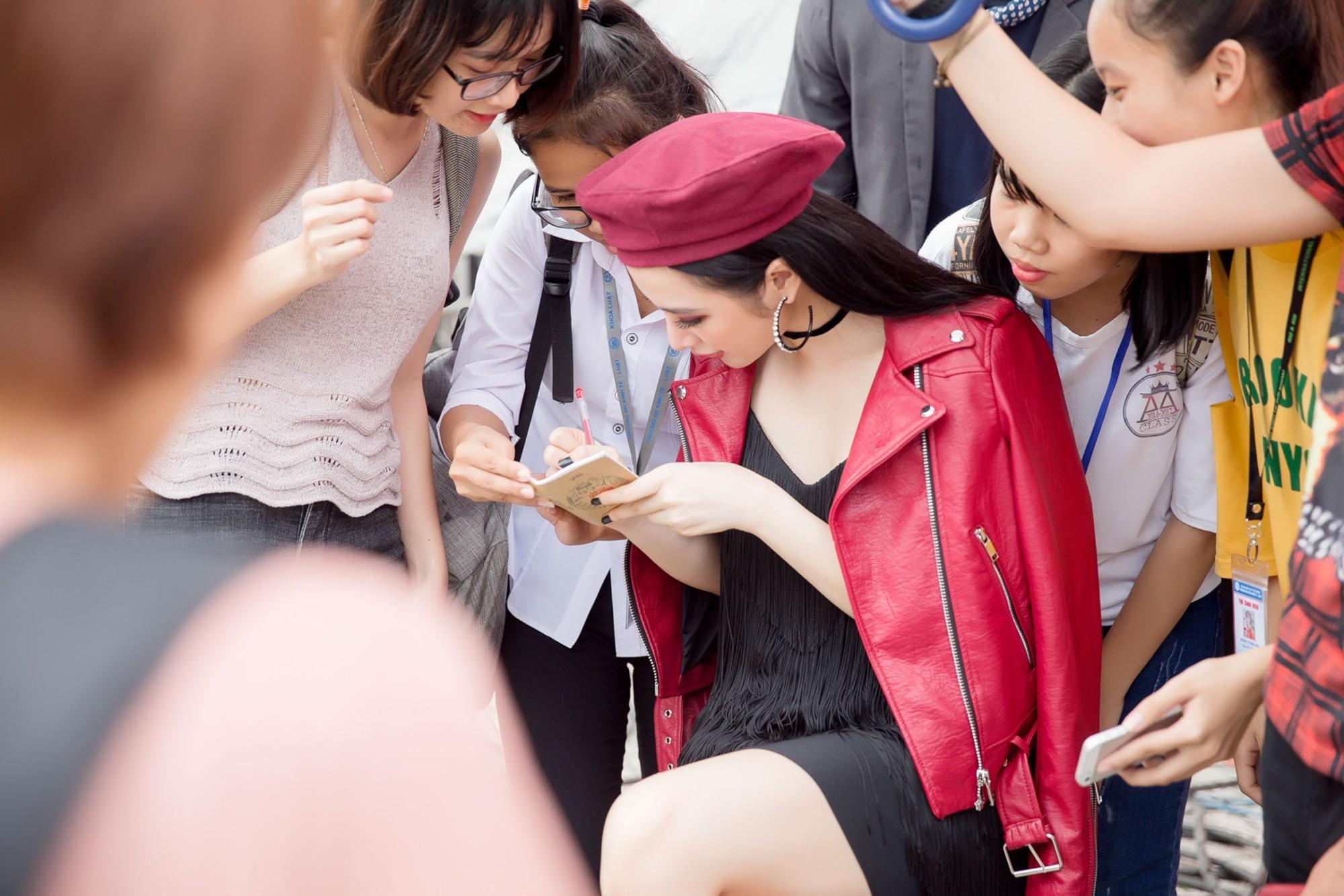Hữu Vi khoá môi Angela Phương Trinh say đắm giữa trời mưa trước mặt khán giả - Ảnh 8.