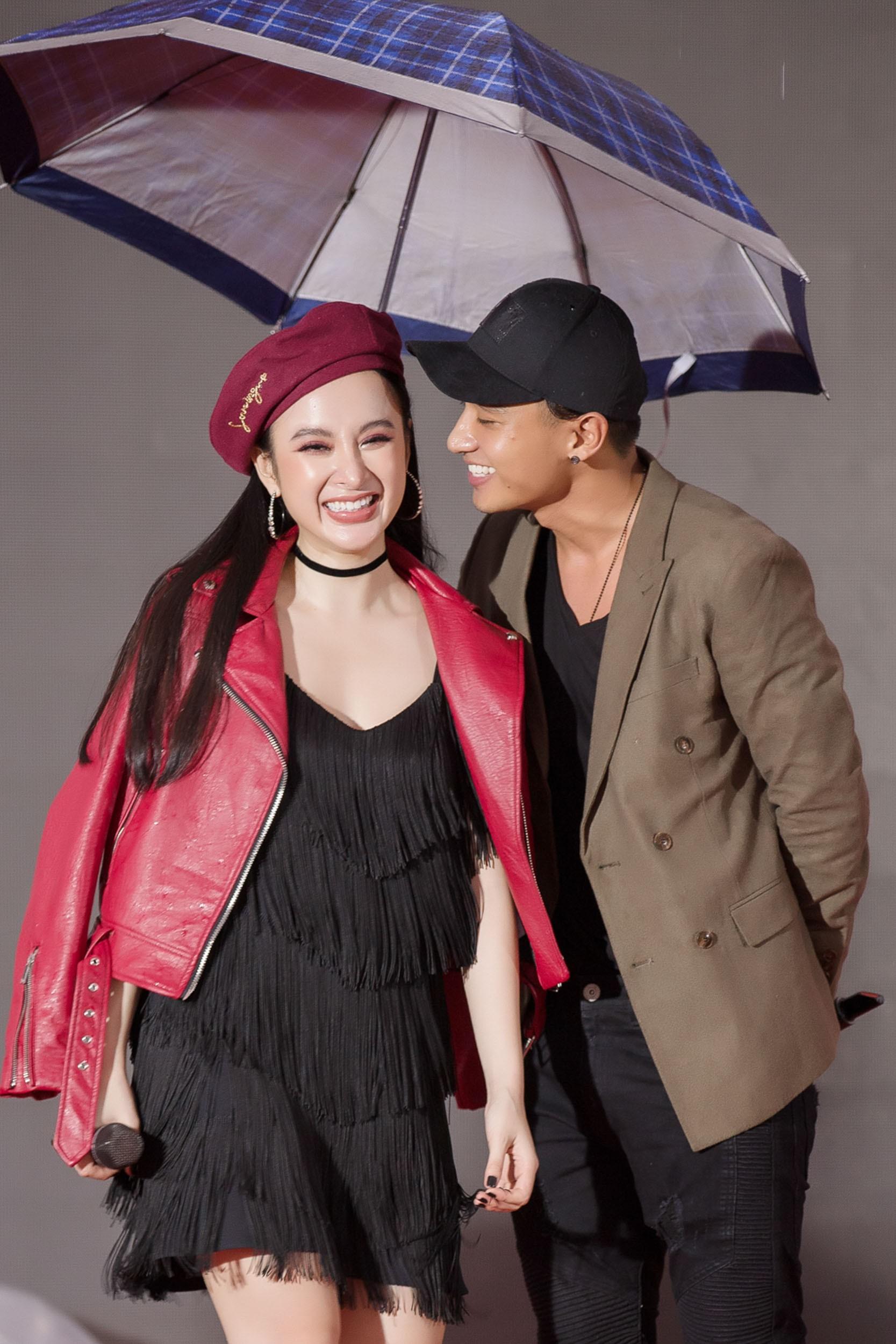 Hữu Vi khoá môi Angela Phương Trinh say đắm giữa trời mưa trước mặt khán giả - Ảnh 2.