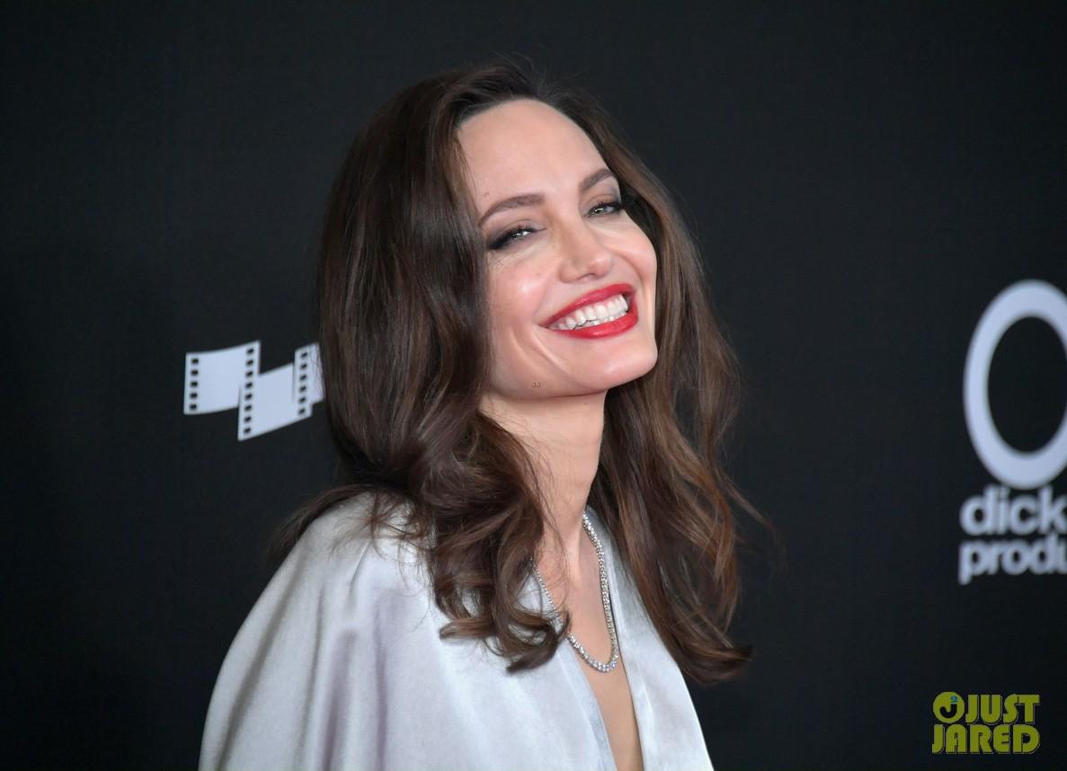 Sau ly dị, Angelina Jolie đẹp lộng lẫy bao nhiêu, Brad Pitt lại xuống mã và già nua bấy nhiêu - Ảnh 3.