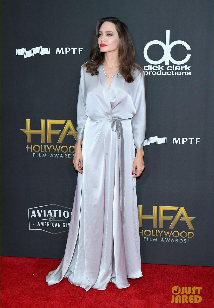 Sau ly dị, Angelina Jolie đẹp lộng lẫy bao nhiêu, Brad Pitt lại xuống mã và già nua bấy nhiêu - Ảnh 2.