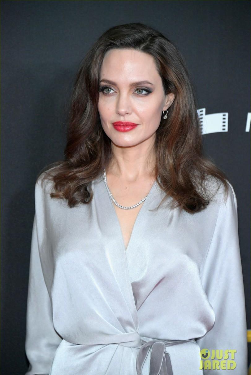 Sau ly dị, Angelina Jolie đẹp lộng lẫy bao nhiêu, Brad Pitt lại xuống mã và già nua bấy nhiêu - Ảnh 1.