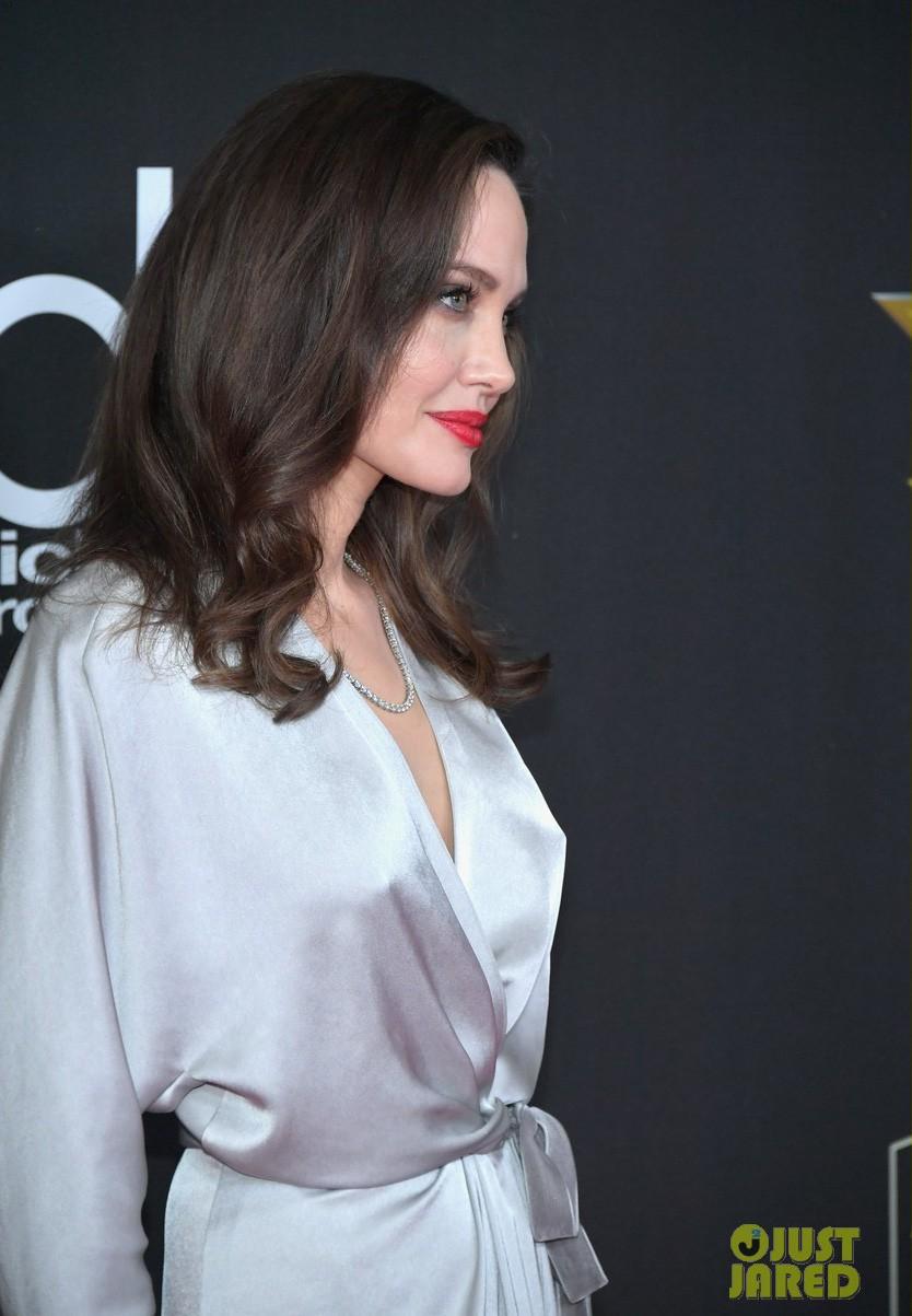 Sau ly dị, Angelina Jolie đẹp lộng lẫy bao nhiêu, Brad Pitt lại xuống mã và già nua bấy nhiêu - Ảnh 5.