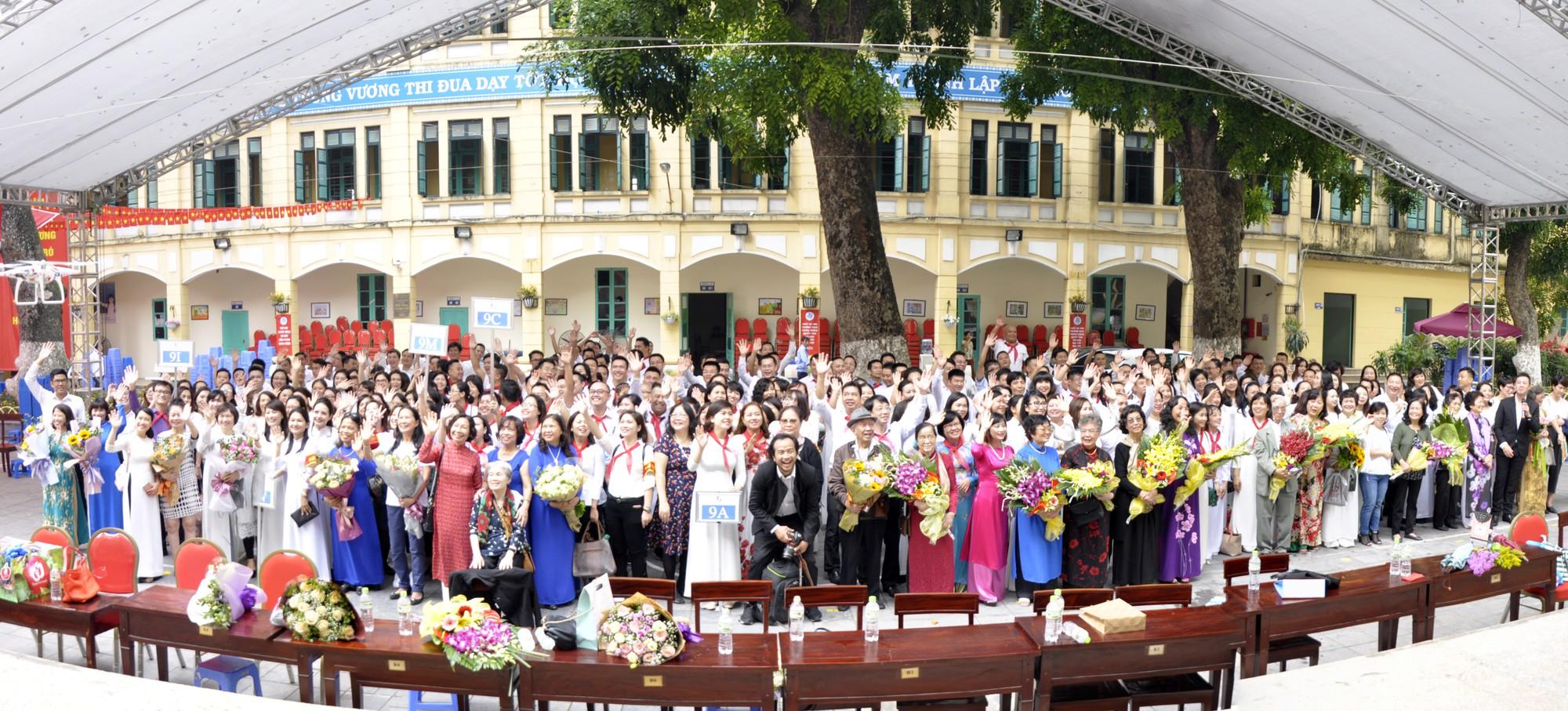 """""""Ngày trở về"""" đầy cảm xúc của cựu học sinh kỷ niệm 100 năm trường THCS Trưng Vương - Ảnh 1."""