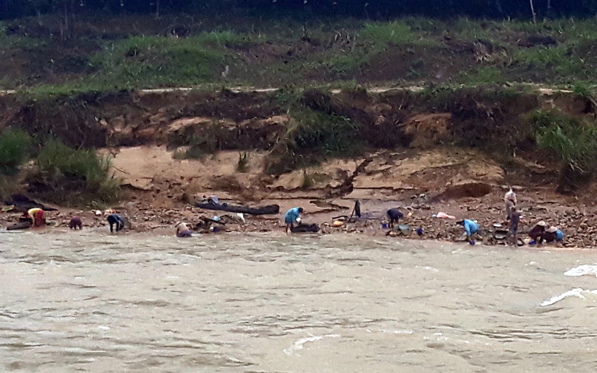 Đứt cầu treo, học sinh lớp 4 rơi xuống sông mất tích trên đường đi học - Ảnh 1.