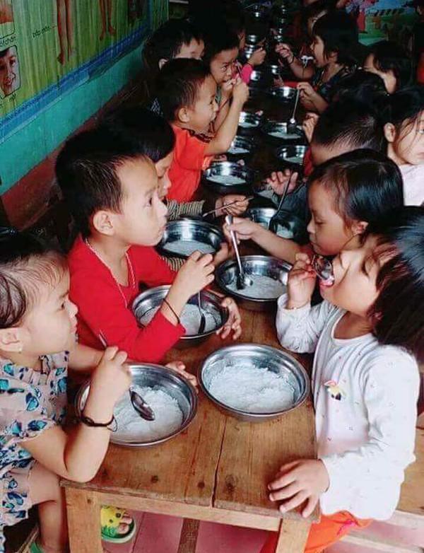Phụ huynh bức xúc trước việc trường Mầm non cho trẻ ăn bún luộc nước sôi - Ảnh 1.