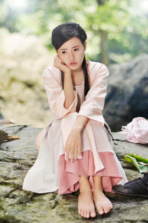 Trước Cô Ba Sài Gòn, không ít lần những tà áo truyền thống Việt Nam gây dấu ấn trên màn ảnh - Ảnh 3.