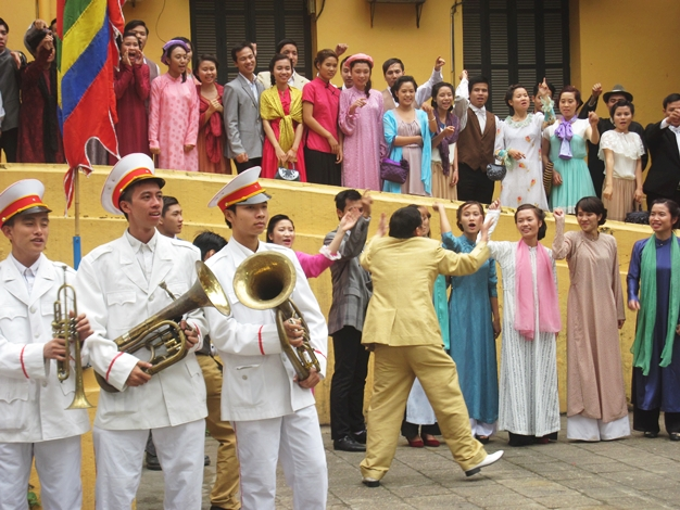 Trước Cô Ba Sài Gòn, không ít lần những tà áo truyền thống Việt Nam gây dấu ấn trên màn ảnh - Ảnh 9.