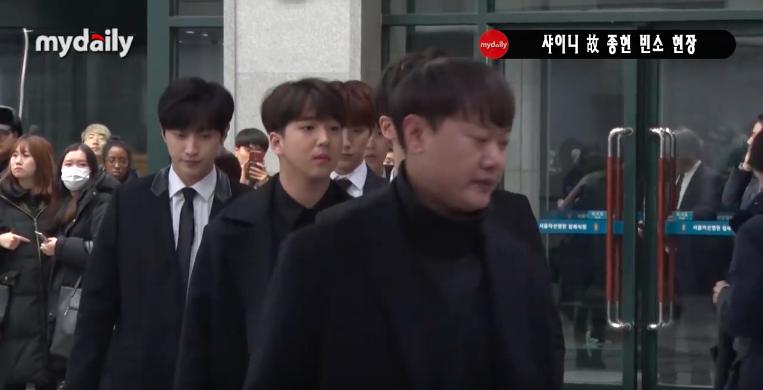 Đêm cuối cùng viếng Jonghyun: Sulli và Krystal gây chú ý, Yoo Jae Suk, Lee Kwang Soo, Seventeen và loạt nhóm nhạc xuất hiện - Ảnh 26.