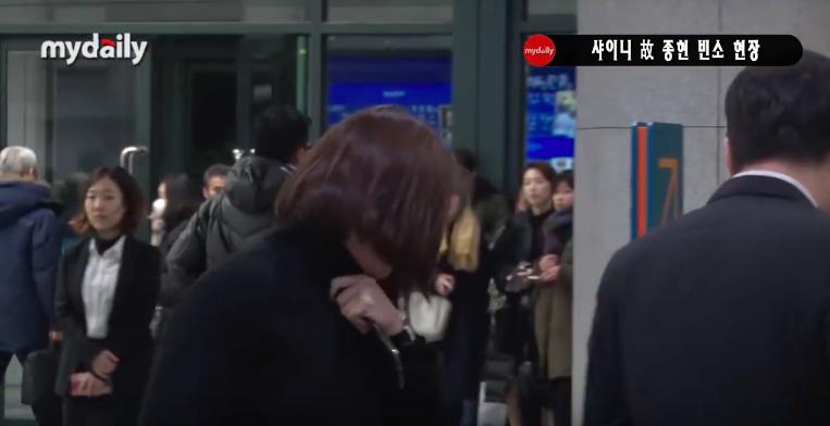 Đêm cuối cùng viếng Jonghyun: Sulli và Krystal gây chú ý, Yoo Jae Suk, Lee Kwang Soo, Seventeen và loạt nhóm nhạc xuất hiện - Ảnh 15.