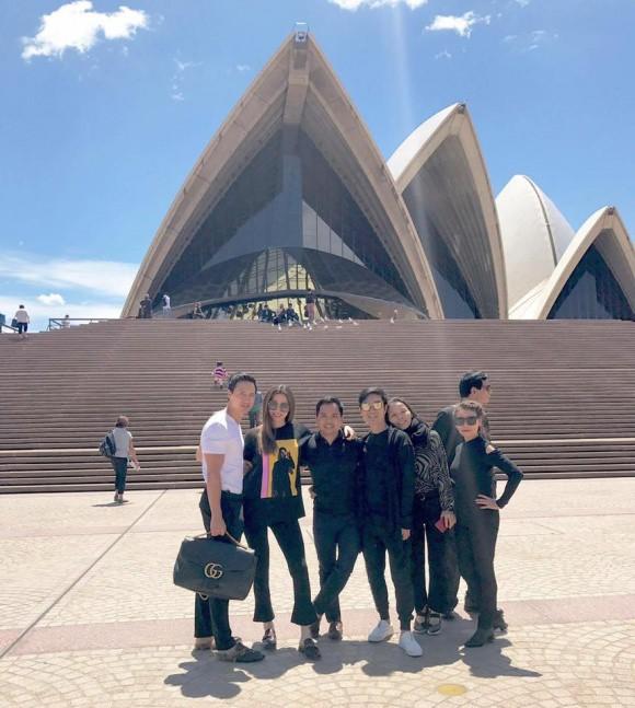 Kim Lý diện đồ đôi, cùng em yêu Hồ Ngọc Hà đi Úc - Ảnh 1.