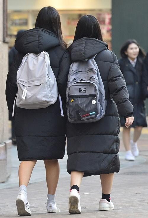 Chỉ vì các Idol mà giới trẻ Hàn cố vòi bố mẹ đến cả chục triệu sắm loại áo này - Ảnh 1.