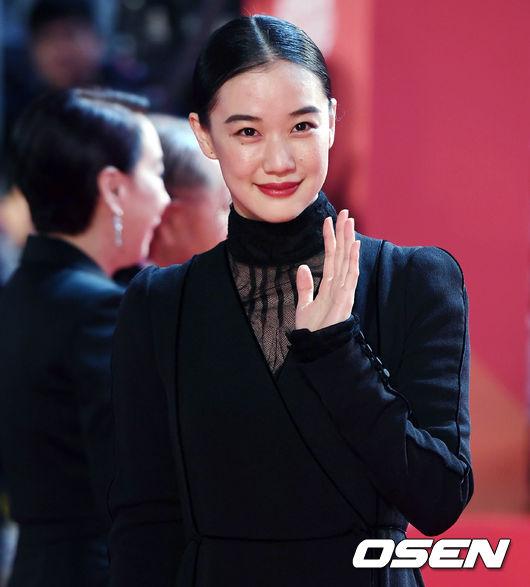 Thảm đỏ hot nhất hôm nay: Yoona khoe lưng trần bên tài tử Jang Dong Gun, sao Vì sao đưa anh tới lộ hàng - Ảnh 21.