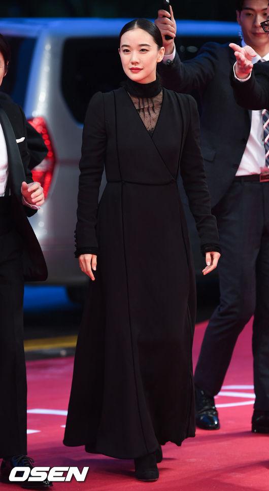 Thảm đỏ hot nhất hôm nay: Yoona khoe lưng trần bên tài tử Jang Dong Gun, sao Vì sao đưa anh tới lộ hàng - Ảnh 19.