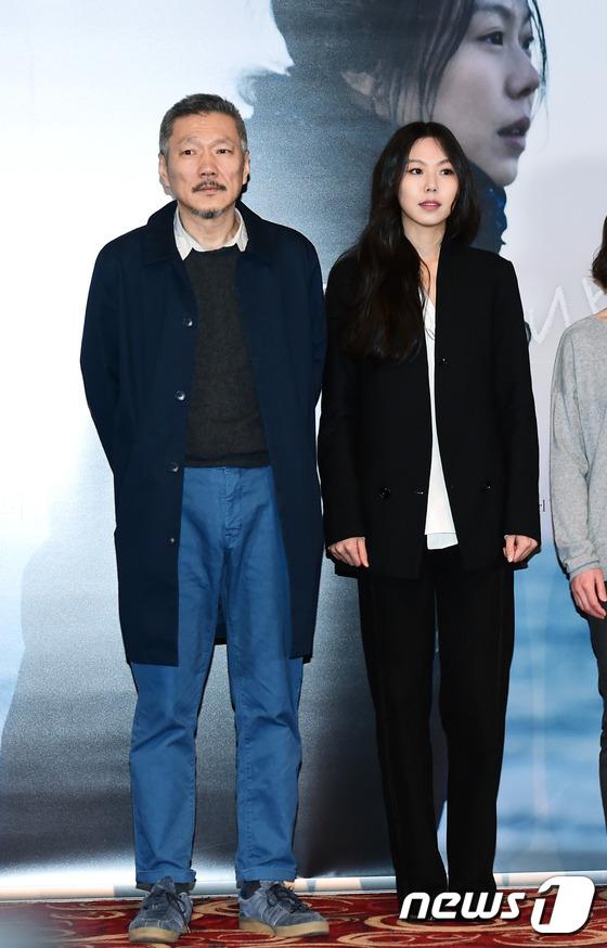 Sau khi bỏ vợ, đạo diễn già đeo nhẫn đôi và tỏ tình công khai với Kim Min Hee tại sự kiện - Ảnh 8.