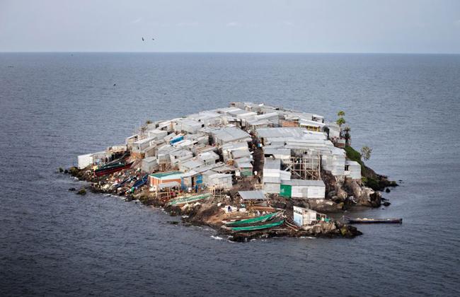 Hòn đảo bé chỉ bằng nửa sân bóng nhưng có tới 1.500 người dân sinh sống - Ảnh 1.