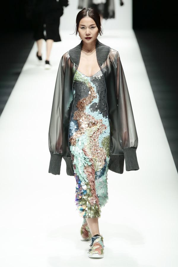 BST mới của NTK Công Trí tại Tokyo Fashion Week: Trước cái đẹp, bạn chỉ còn biết Wow lên một tiếng!!! - Ảnh 16.