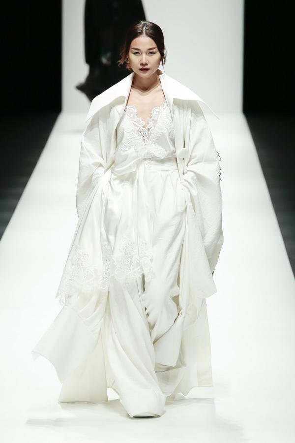 BST mới của NTK Công Trí tại Tokyo Fashion Week: Trước cái đẹp, bạn chỉ còn biết Wow lên một tiếng!!! - Ảnh 7.