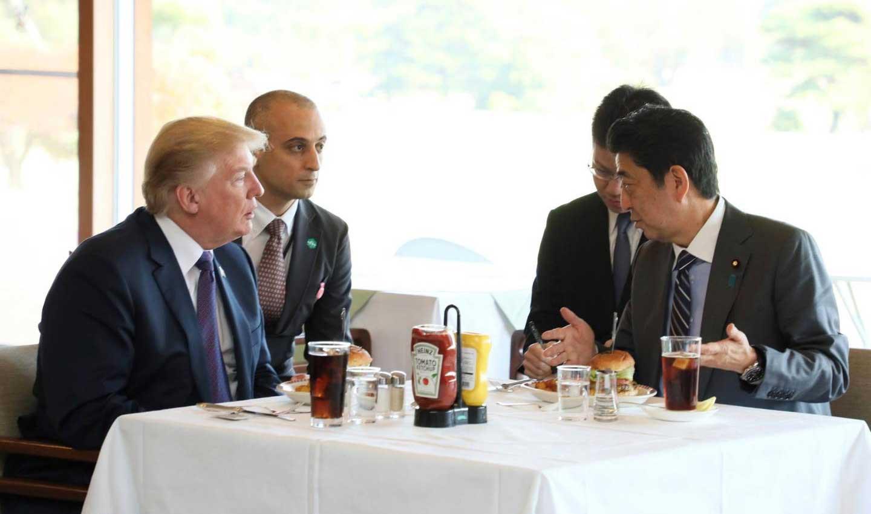 Chiếc hamburger tổng thống Mỹ Donald Trump từng ăn đang được bán đắt như tôm tươi ở Nhật Bản - Ảnh 1.