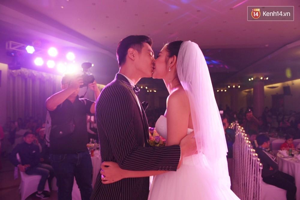 Chúng Huyền Thanh - Jay Quân hôn nhau ngọt ngào trong lễ cưới, chính thức trở thành vợ chồng! - Ảnh 15.