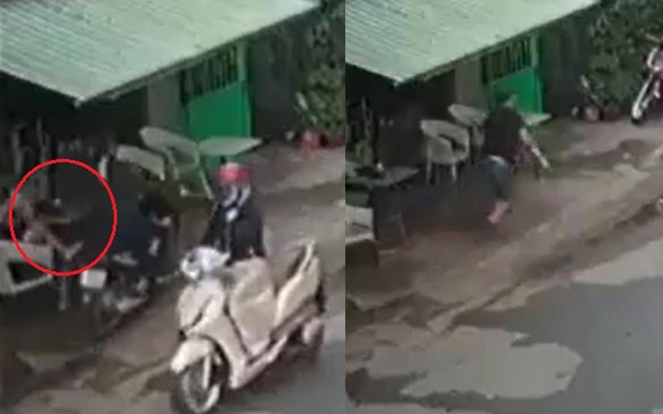 Clip: Đang ngồi trước cửa nhà, người đàn ông bị cướp phóng qua giật mất iPhone 7 Plus - Ảnh 2.