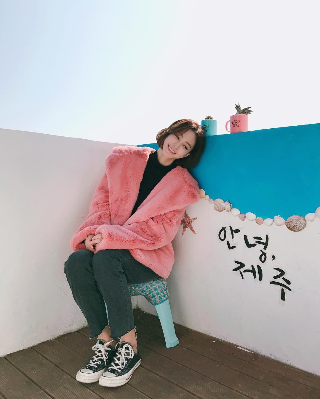 35 tuổi ế sưng nhưng Sa Jin Jin của 8X Chưa Yêu vẫn khiến người ta ghen tị vì tủ đồ hiệu quá xinh xắn - Ảnh 2.