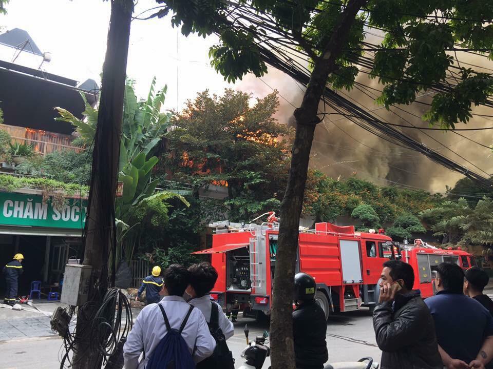 Hà Nội: Đang cháy lớn ở đường Phan Kế Bính, cột khói bốc cao hàng chục mét - Ảnh 2.