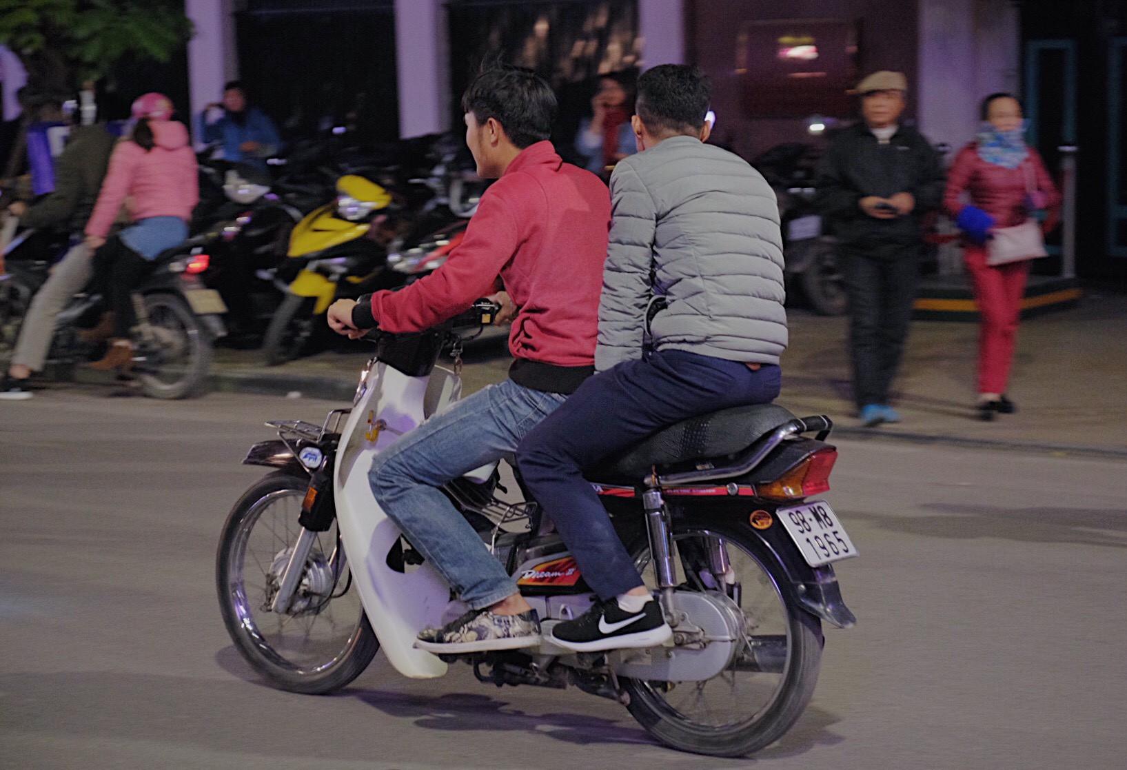 Hà Nội: Chùm ảnh nhiều người quên đội mũ bảo hiểm, kẹp 3 kẹp 4 đi chơi Giao thừa - Ảnh 4.