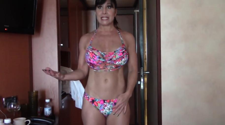 Người đẹp cơ bắp 50 tuổi diện bikini tàng hình ra đường mà ai cũng tưởng là quần áo thật - Ảnh 4.