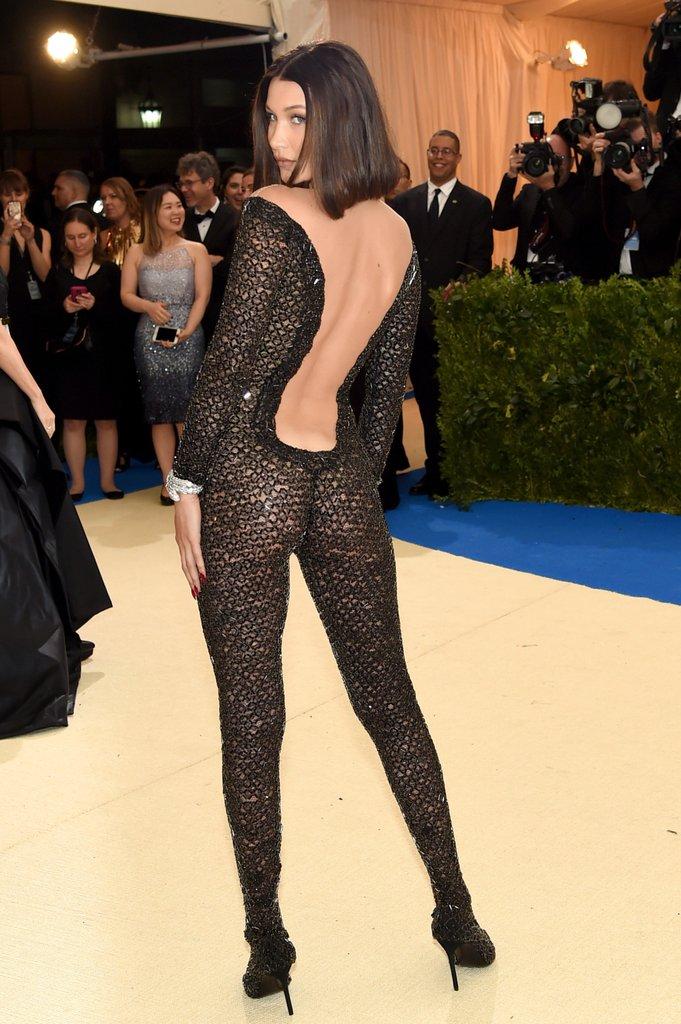 Suốt ngày diện đồ lưới xuyên thấu mặc cũng như không thế này chỉ có thể là đôi bạn cùng tiến Kendall Jenner - Bella Hadid - Ảnh 2.