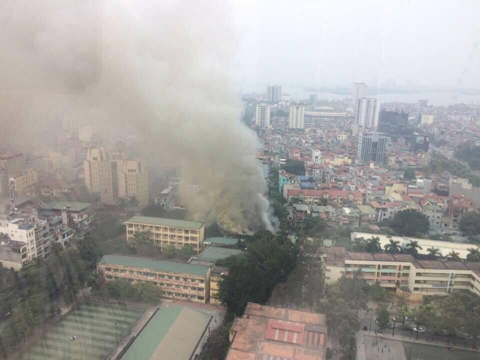 Hà Nội: Đang cháy lớn ở đường Phan Kế Bính, cột khói bốc cao hàng chục mét - Ảnh 3.
