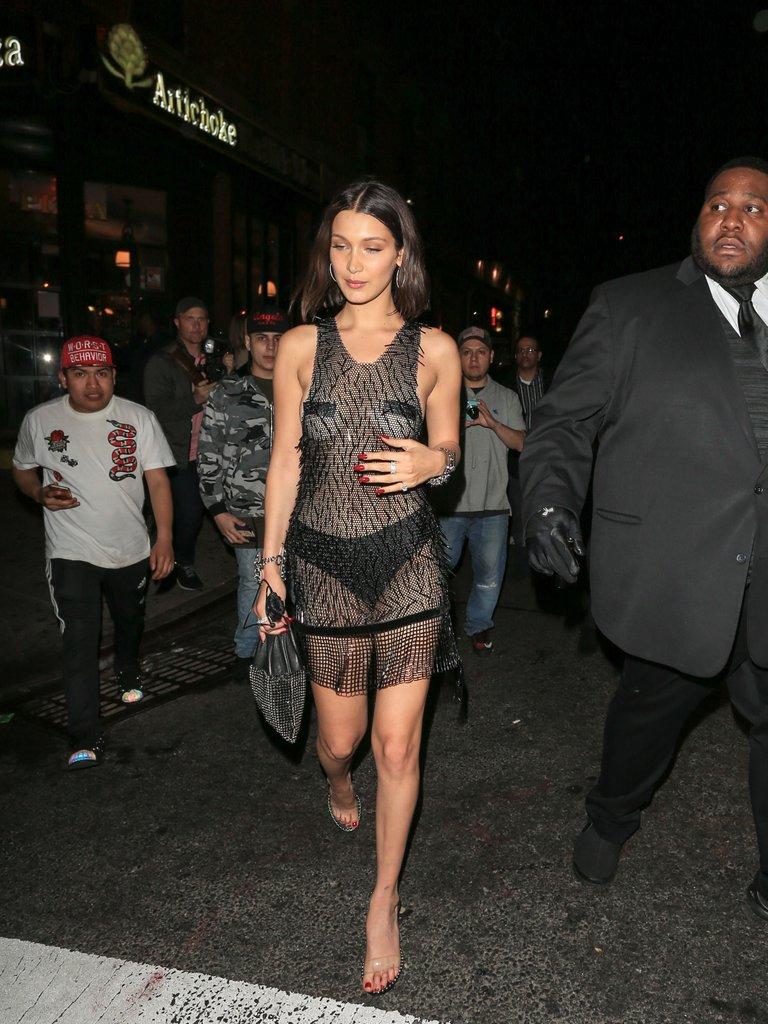 Suốt ngày diện đồ lưới xuyên thấu mặc cũng như không thế này chỉ có thể là đôi bạn cùng tiến Kendall Jenner - Bella Hadid - Ảnh 4.