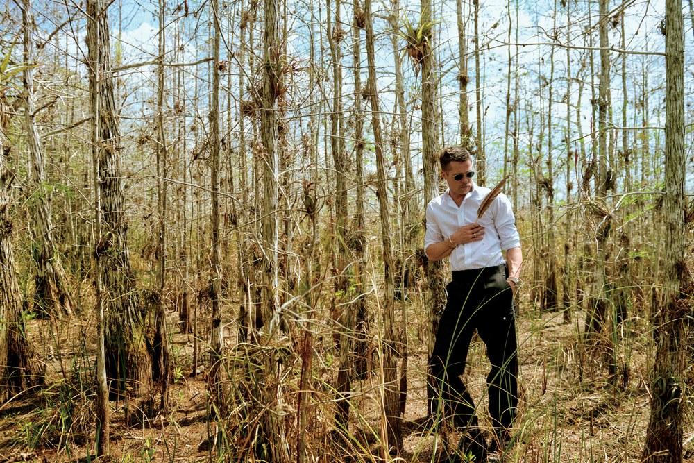 Bộ ảnh sướt mướt dễ mủi lòng là thế nhưng ai không để ý outfit toàn đồ hiệu mà Brad Pitt mặc thì hơi phí - Ảnh 9.