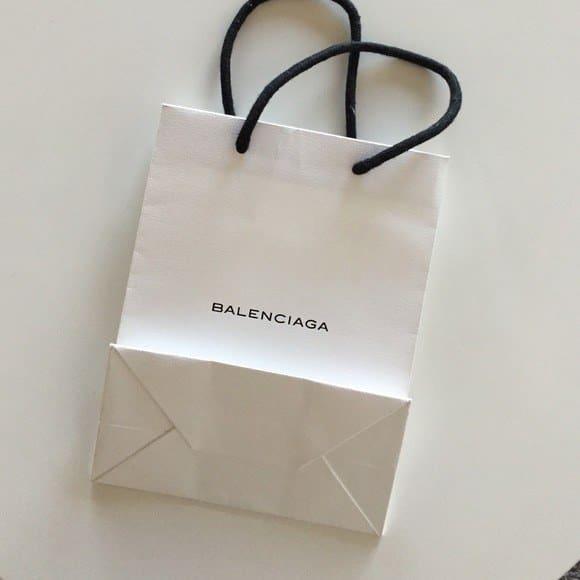 Hai chiếc túi giống hệt nhau của Balenciaga: một cái cho không, một cái giá... 25 triệu đồng! - Ảnh 1.